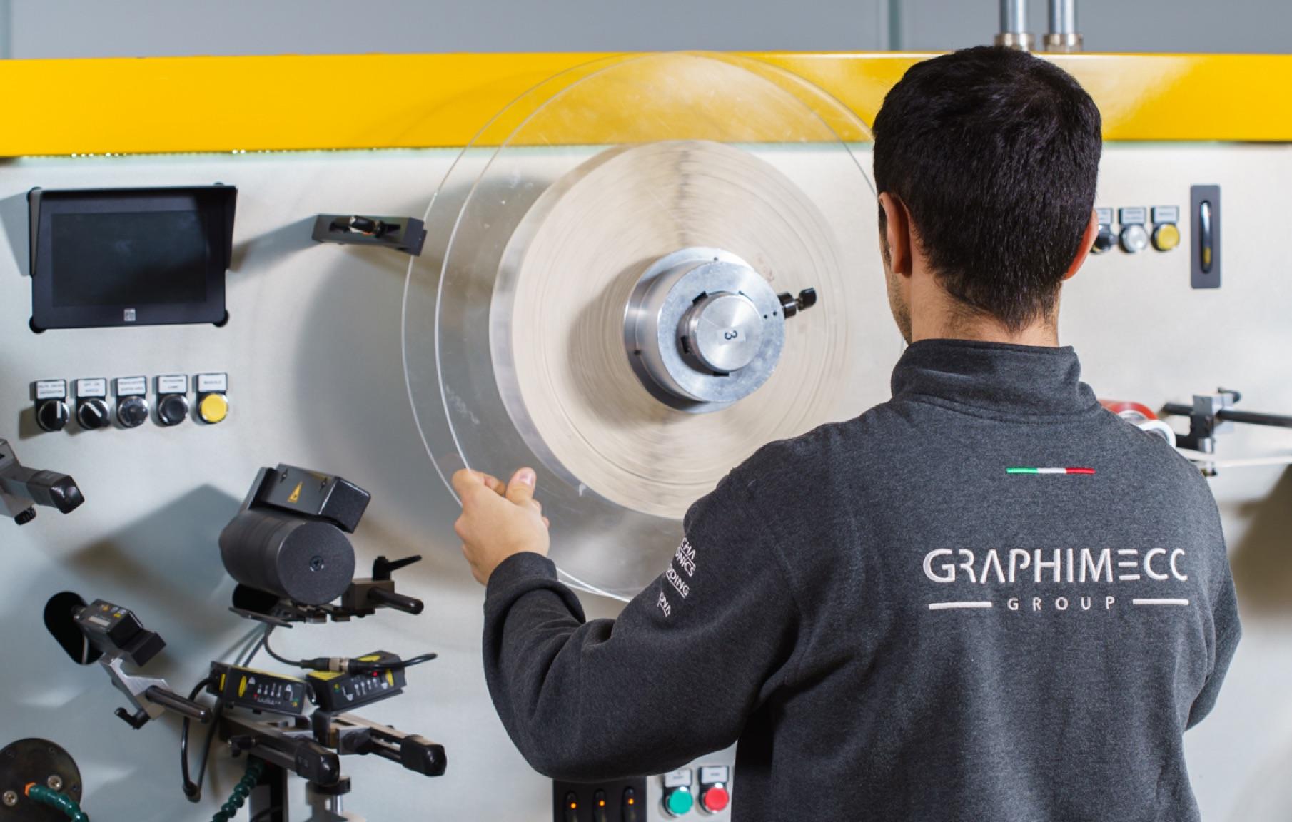 operatore graphimecc impegnato nel cambio di una bobina